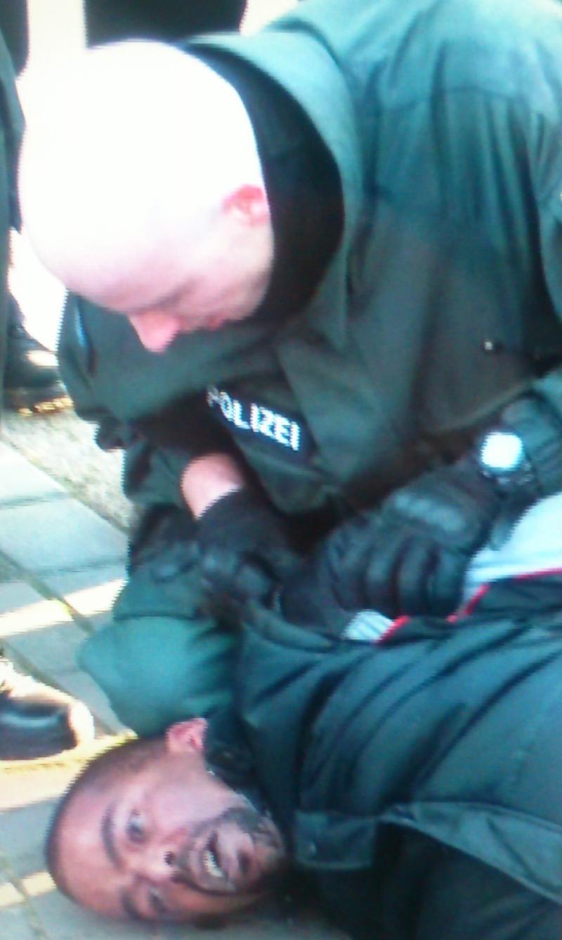"""So sieht rassistische Polizeigewalt aus – die Polizei bei der Ausführung ihrer """"Arbeit"""""""